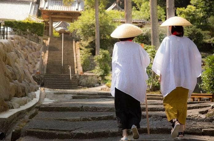 伊豆のお寺に向かう二人のお遍路さん