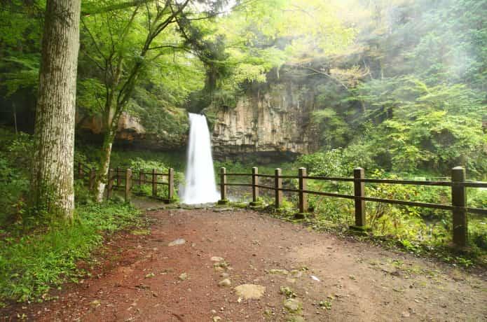 萬城の滝と歩道