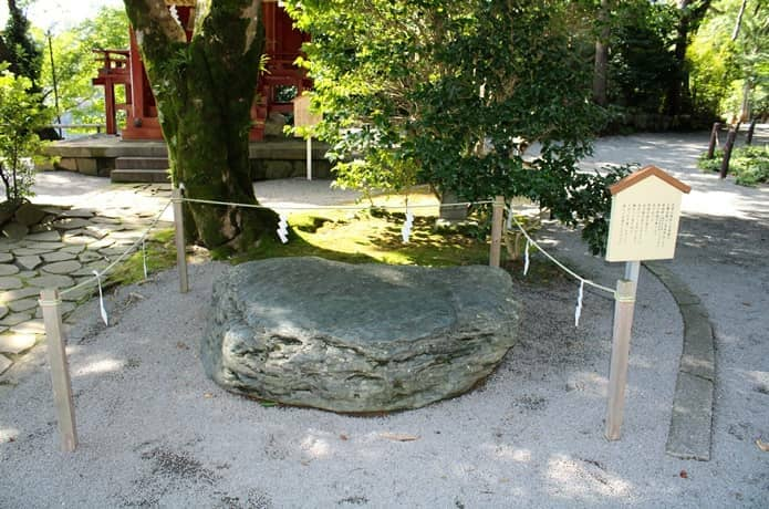 伊豆山神社 光り石